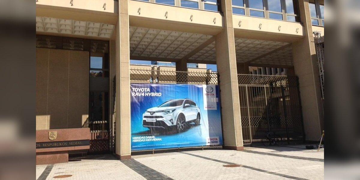 """Kaip ant Seimo rūmų atsirado """"Toyota"""" reklama"""