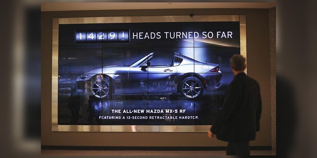 """""""Mazda"""" reklama fiksuoja, kiek žmonių į ją atsisuka"""