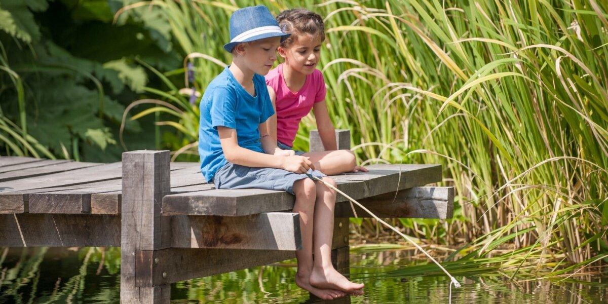 Žvejojantys vaikai