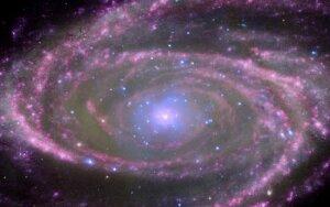 NASA rentgeno spindulių observatorijos CHANDRA nuotraukoje - galaktika M81, kurios centre, manoma, tūno 70 mln. kartų už Saulę masyvesnė juodoji skylė