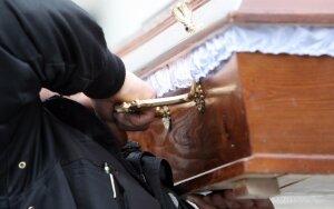 Į bažnyčios laidojimo namus - tik su juose pirktu