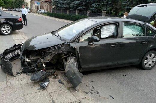 """Vilniuje per avariją moters vairuojamą automobilį """"Citroen"""" nubloškė į stulpą"""