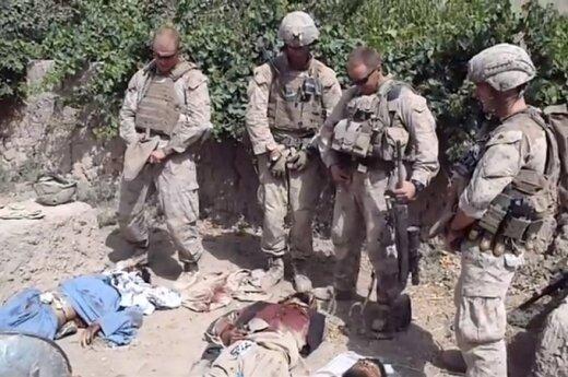 JAV jūrų pėstininkai šlapinasi ant Talibano kovotojų palaikų