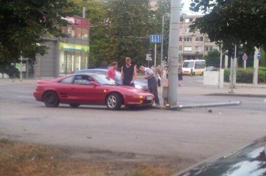Antakalnyje automobilis rėžėsi į šviesoforą, šis subyrėjo