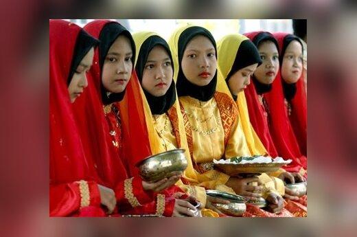 Šventiškai pasipuošusios acehų mergaitės laukia apsilankančios iš Malaizijos kilusios aktorės Michelle Yeoh.