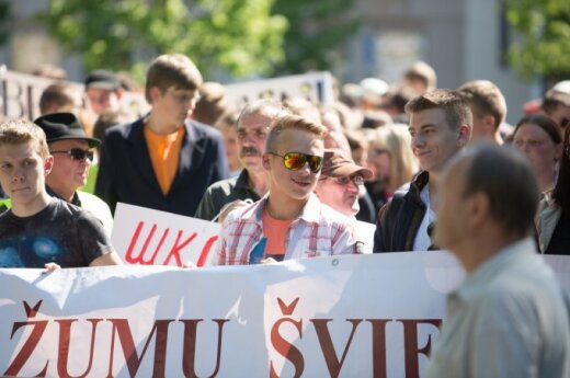 Polish community stages protest in Vilnius over school reorganization