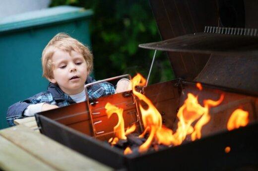 vaikas, berniukas, ugnis, laužas, grilis, kepsninė, iškyla, gamta, laisvalaikis