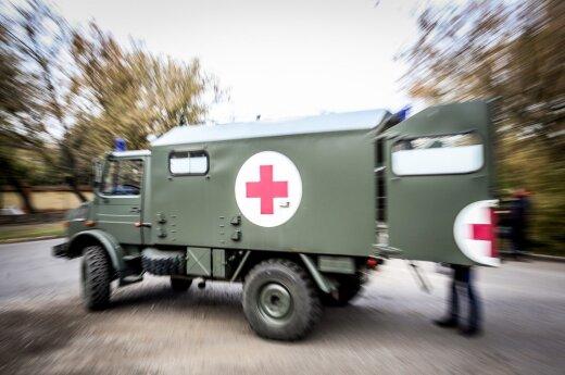 Nuo kelio nuslydo karo medikų automobilis, nukentėjo karė
