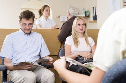 Žmonės gydytojo laukiamajame skaito žurnalus