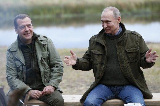 """Путин подарил Медведву на день рождения картину """"В цеху"""""""