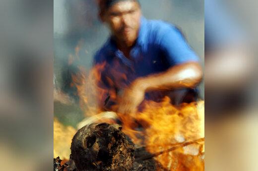 Balietis stebi masinį kremavimą, kurio metu Indonezijos Balio saloje buvo sudeginta virš 50 žmonių palaikų. Šis procesas buvo dalis religinio judėjimo lyderio oficialaus kremavimo proceso