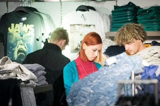 Moldovos atstovė Aliona Moon parduotuvėje renkasi drabužius