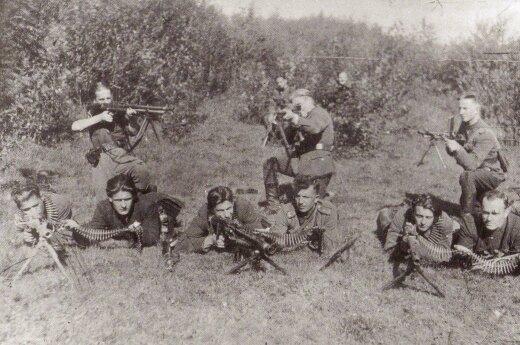 Vytauto apygardos partizanai, ginkluoti įvairių modelių kulkosvaidžiais. (Už laisvę ir tėvynę. Vilnius: LGGRTC, 2007)