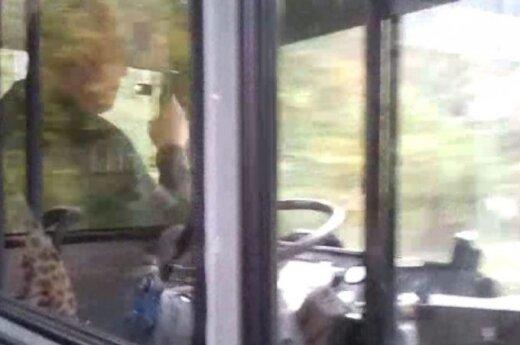 Prie vairo – saulėgrąžas gliaudantis autobuso vairuotojas