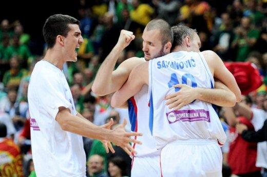 Serbijos krepšininkai džiaugiasi pergale