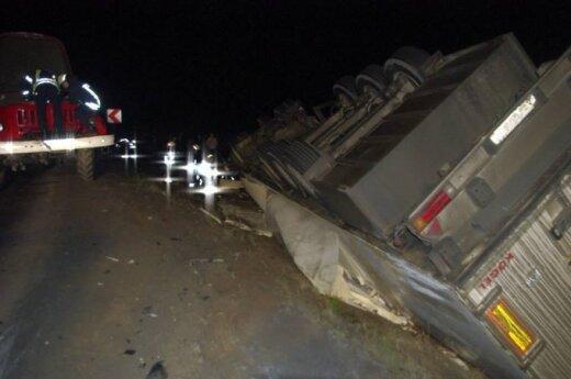 Kelyje Alytus-Simnas apvirto Rusijoje registruotas sunkvežimis, ugniagesiai ištraukė žuvusį vyrą