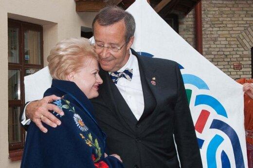 Dalia Grybauskaitė ir Toomas Hendrikas Ilvesas keičiasi dovanomis