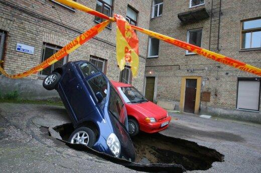 W Wilnie dwa samochody zapadły się pod ziemię