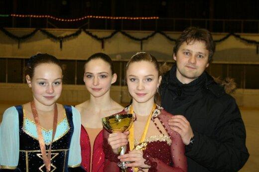 Aleksandra Golovkina, Inga Janulevičiūte ir Elžbeta Kropa su treneriu Dmitrijumi Kozlovu