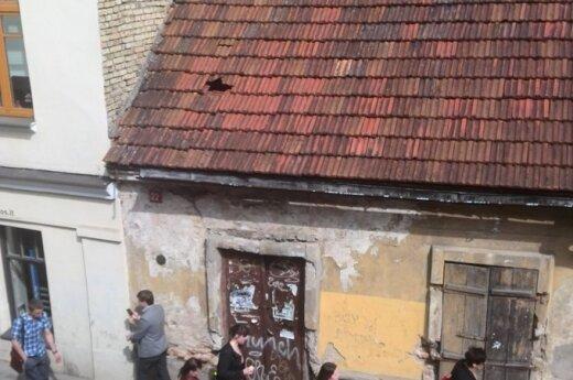 Vilnietis piktinasi nuo stogo ant praeivių krentančiomis čerpėmis