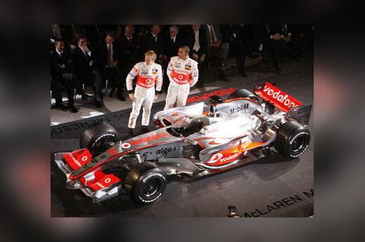 """""""McLaren"""" komandos pilotai Heikki Kovalainenas ir Lewisas Hamiltonas pristato """"MP4-23"""" bolidą"""