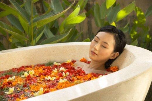 Moteris mėgaujasi vonios teikiamais malonumais