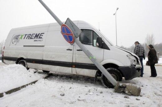 В Вильнюсе микроавтобус с надписью Extreme Cargo снес фонарь