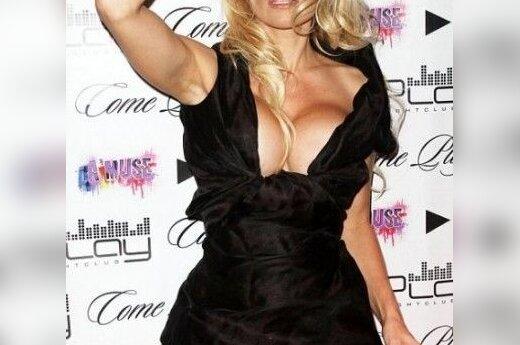 Грудь Памелы Андерсон не влезает в платье