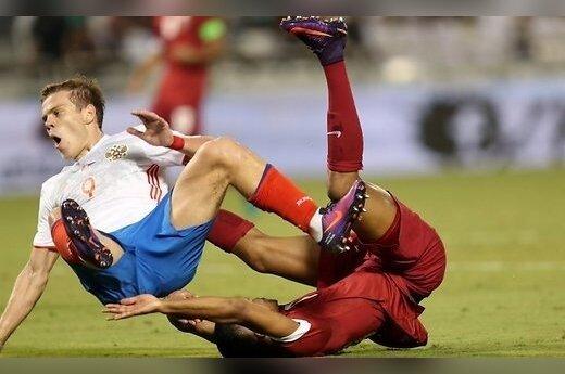 В матче с четырьмя пенальти сборная России уступила Катару