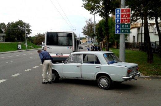"""Užsižiopsojęs senolis apgadino savo """"Žigulį"""" ir autobusą"""