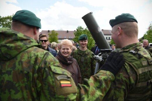 President Dalia Grybauskaitė with soldiers in Marijampolė. Photo by R.Dačkus