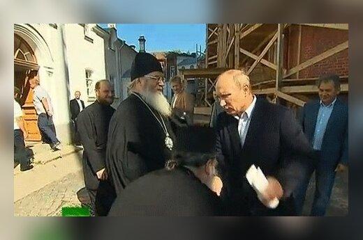 В РПЦ объяснили, почему игумен припал к руке Путина
