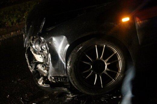 В Каунасе дорожное ограждение разрезало автомобиль