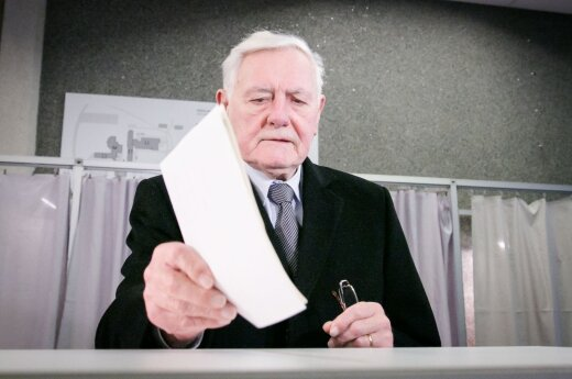 Valdas Adamkus casting his vote at the Seimas elections in 2016