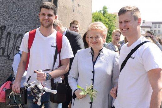 Papiktino su pakalnutėmis pozuojanti D. Grybauskaitė