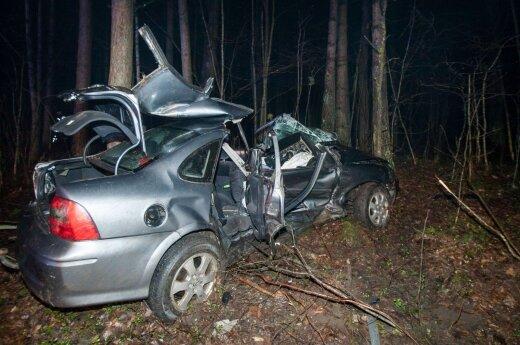 Vilniaus pakraštyje suknežinti automobiliai, prispaustas vyras, sužalota moteris