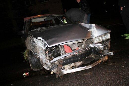 """Panevėžietis nesuvaldė ir sudaužė seną, bet prižiūrėtą """"Audi 80"""""""