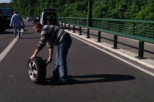 """Kaune """"Ford"""" rėžėsi į kelio atitvarus, ratas išlėkė į priešpriešinio eismo juostą"""