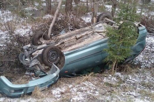Nesuvaldytas automobilis nulėkė nuo kelio ir apsivertė
