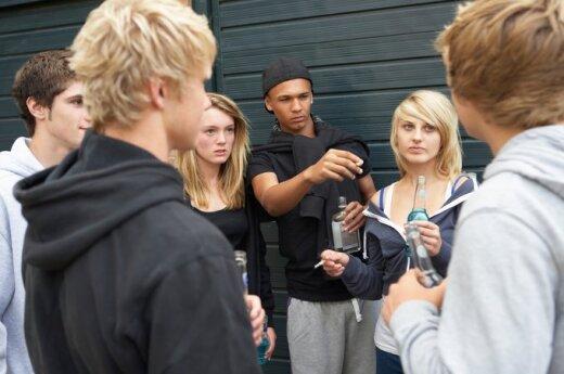 paaugliai geria ir rūko, paauglystė, draugai, blogi įpročiai