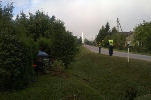 """Po skrydžio į sodybą """"kelių gaidelis"""" spruko avarijos vietoje palikęs BMW"""