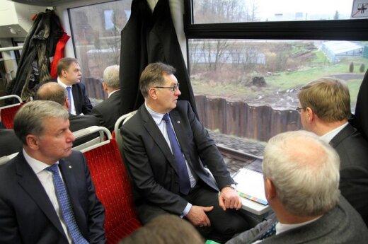 """Algirdas Butkevičius traukiniu apžvelgė """"Rail Baltica""""  statybas"""