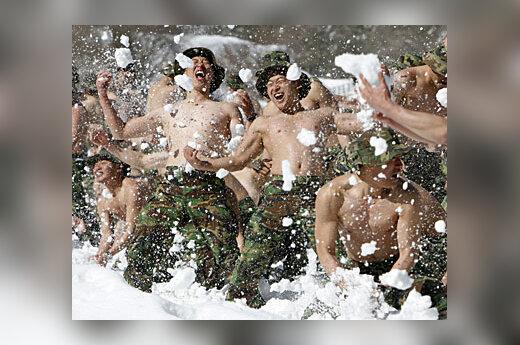 Vyrai maudosi sniege