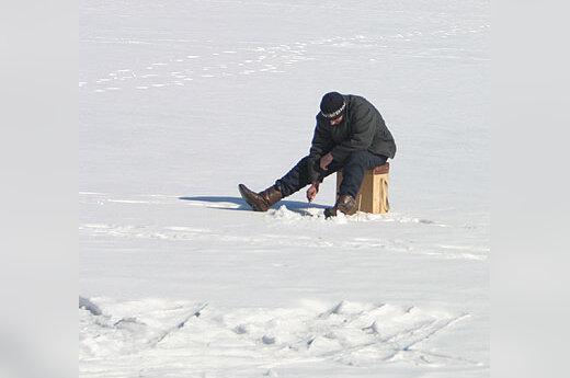 Žiema, sniegas, ežeras, poledinė žūklė