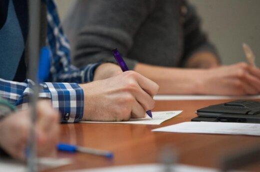 Skelbiama kova su beraščiais: mažės testų, daugės rašinių ir diktantų, egzaminuos po 8 klasės
