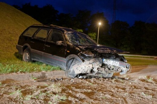 В Вильнюсе машина съехала с дороги и скатилась со склона