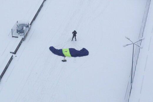 С небоскреба в Вильнюсе спрыгнул парашютист