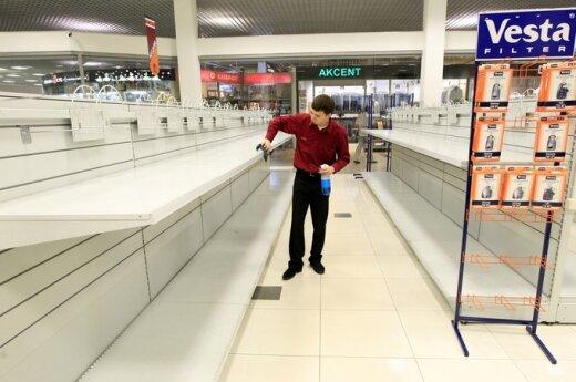 Tuščios parduotuvės lentynos Minske