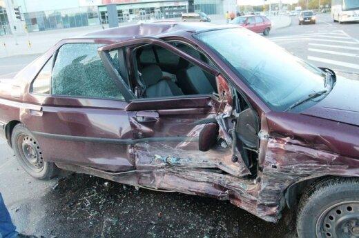 """Po smūgio """"Mercedes"""" beveik sulindo į """"Peugeot"""" saloną"""