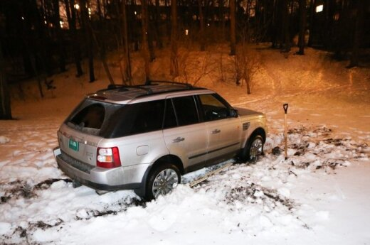 Po parkelį JAV ambasados visureigiu važinėjęs vairuotojas mašiną metė įklimpusią pažliugusioje žemėje
